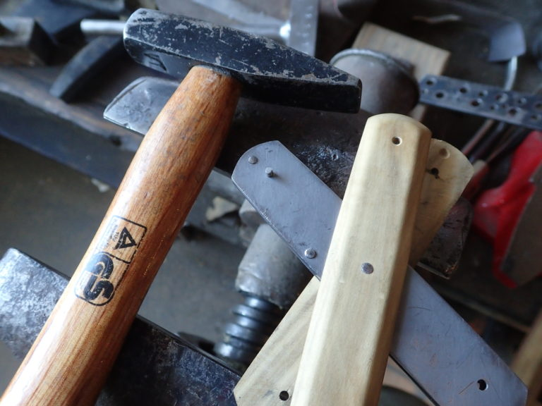 rivetage de manche de couteau pliant