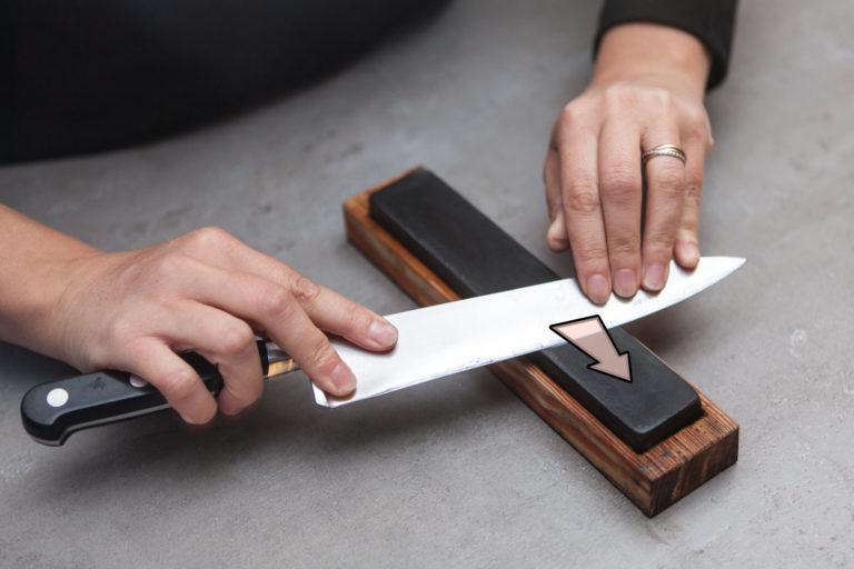 affûtage de couteau à la pierre à aiguiser