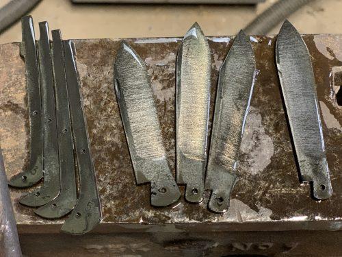 lames de couteaux pliants après la trempe