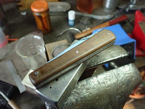 rivetage de l'axe d'un couteau pliant