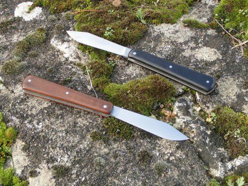 deux couteaux pliants miam-miam, manche en ébène verte et ébène noir, lame pointe centrée à biseau